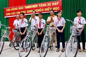 Tặng xe đạp cho học sinh nghèo ở Bình Thuận
