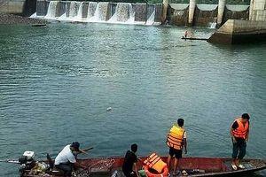 Chèo thuyền đánh cá dưới đập thủy điện, 1 người tử vong