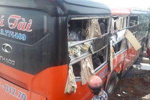 Hai xe khách tông nhau khiến 7 người nhập viện