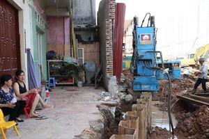 Dự án mở rộng đường Vành đai 3 đầu tư hơn 3.100 tỷ đồng: Người dân phải bắc cầu gỗ để vào nhà