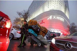 Chiến tranh thương mại với Mỹ, nhiều người Trung Quốc từ bỏ hàng hiệu, 'thắt lưng buộc bụng'