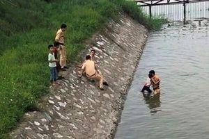 Chiến sỹ Cảnh sát giao thông kịp thời cứu bé gái 10 tuổi thoát nguy cơ đuối nước
