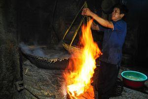 Nhọc nhằn kiếm sống bên chảo lửa hấp cá ở cảng Quy Nhơn