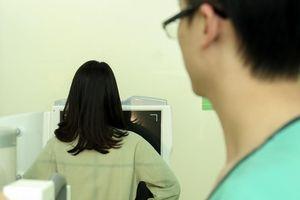 Bác sĩ được yêu cầu bệnh nhân cởi quần áo?