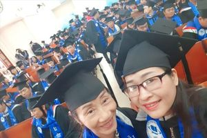 Hai mẹ con cùng tốt nghiệp đại học