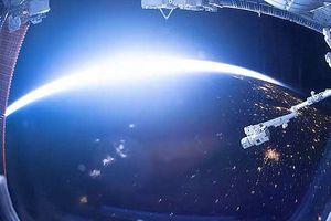 Choáng ngợp khoảnh khắc Trái Đất chuyển từ ngày sang đêm nhìn từ không gian