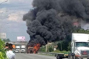 Xe container bất ngờ bốc cháy trên cao tốc