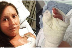 Chứng bệnh lạ khiến người phụ nữ đau đớn phải cắt đi từng phần của ngón tay suốt 6 năm ròng