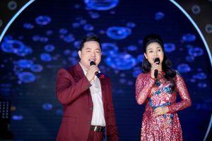 Thùy Trang xúc động khi bất ngờ được Quang Lê tặng cúp tri ân