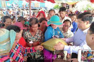 Tặng quà cho bà con gốc Việt khó khăn ở vùng Biển Hồ, Campuchia