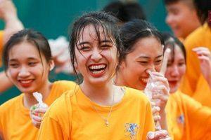 'Đại chiến' bóng nước ngày bế giảng của học sinh Hòa Bình