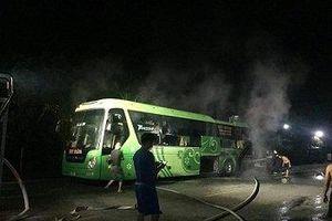 Xe khách đang lưu thông bất ngờ bốc cháy trên tuyến QL8A