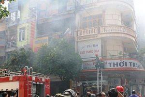 Nhà 4 tầng cháy dữ dội, hàng trăm người tập trung gây khó cho cảnh sát PCCC