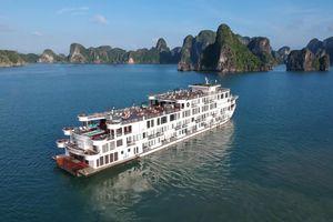 Ngắm toàn cảnh Vịnh Hạ Long trên du thuyền đẳng cấp 5 sao