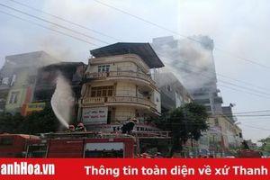 Hỏa hoạn lớn giữa trưa nắng, cả khu phố hoảng loạn