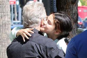 Selena Gomez ôm tạm biệt người đàn ông lớn tuổi sau ồn ào kết hôn