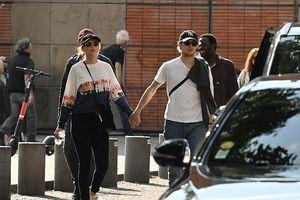 Taylor Swift và bạn trai kém tuổi quấn quýt không rời khi đi dạo phố