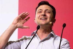 Tân Tổng thống Ukraine được tặng sách hướng dẫn chính trị dành cho người mới