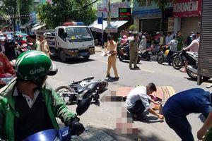 TP.HCM: Va chạm với xe tải, một phụ nữ tử vong sau khi bị kéo lê trên đường