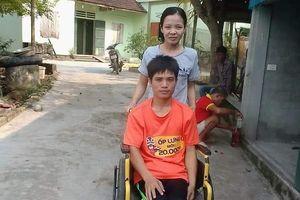 Chuyện tình cổ tích của người chồng liệt 2 chân và vợ mù: 'Em sẽ làm đôi chân cho chồng để đi hết cuộc đời còn lại'