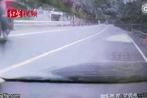 Người đàn ông chạy theo container không người lái và pha xử lý khiến tất cả sững sờ