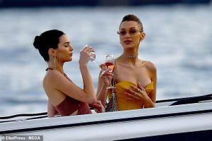 Sau Cannes, Kendall Jenner nghỉ ngơi sang chảnh trên biển