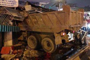 Xe ben lao sập nhà dân trong đêm ở Sài Gòn