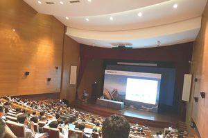 Phó giáo sư mặc quần đùi phát biểu tại hội nghị quốc tế