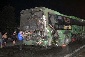 Xe khách bốc cháy trên quốc lộ, nhiều người may mắn thoát nạn