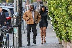 Kim Kardashian phô dáng 'đồng hồ cát' gợi cảm khi đi ăn tối cùng chồng