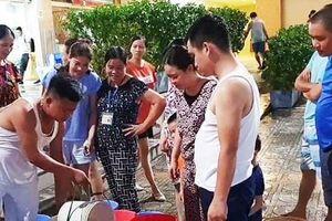 Hà Nội: Giữa ngày hè nóng nực, hàng trăm người thức thâu đêm xách từng xô nước