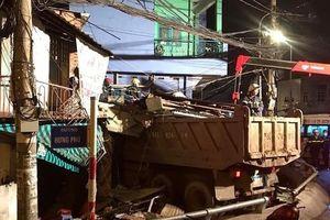 Kinh hoàng xe ben lao dốc cầu đâm sập nhà dân ở Sài Gòn