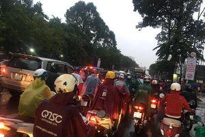 Cơn mưa đúng giờ tan tầm, người dân vất vả về nhà