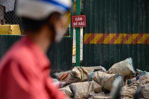 Rác thải bủa vây 'đường cong mềm mại' Trường Chinh