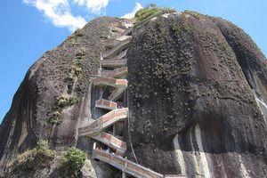 Hòn đá nguyên khối cao hơn 200 m ở Colombia có gì đặc biệt?