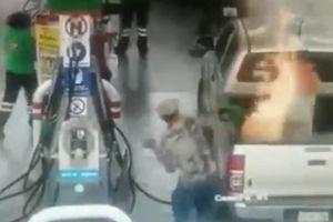 Ôtô bốc cháy khi đang đổ xăng, bé gái bị bỏng nặng