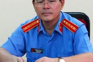 Ông Nguyễn Hữu Linh đến tòa nhận quyết định vụ 'nựng' bé gái