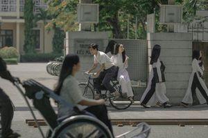 Cả bầu trời tuổi thơ ùa về khi 'thầy Ngạn' chở 'Mắt biếc' Hà Lan trên chiếc xe đạp cũ