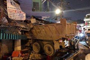 Hiện trường vụ xe ben mất lái, lao từ trên cầu xuống, đâm sập nhà dân tại TP.HCM