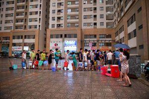 Hàng nghìn người dân KĐT Tân Tây Đô 'tay xách nách mang', khốn khổ vì xếp hàng chờ lấy nước