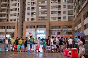 Bị cắt nước sinh hoạt, cư dân KĐT Tân Tây Đô phải dùng 'ké' nước PCCC