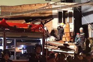 Xe ben mất lái đâm sập nhà dân, 3 người bị thương