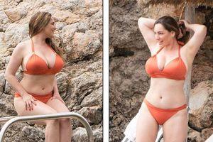 Kelly Brook diện bikini khoe dáng nảy nở