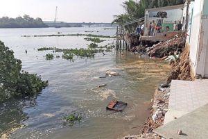 Nhiều căn nhà ven sông Vàm Cỏ Tây bị 'bà thủy' nuốt chửng