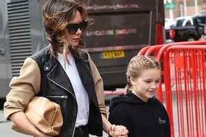 Victoria Beckham ăn vận sành điệu, vui vẻ dẫn con đi xem chồng đá bóng