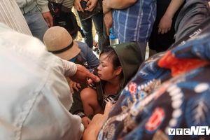 Người thân bủn rủn ngã quỵ khi nhận thi thể nạn nhân vụ thảm sát ở Bình Dương