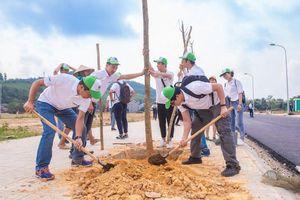 Panasonic Việt Nam trồng cây xanh, đổi pin cũ để phát động người Việt 'sống xanh'