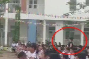 Cô giáo mang bầu liên tục quạt mát cho học trò dưới sân trường