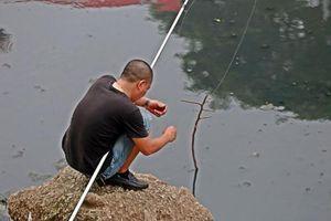 Tại sao người đàn ông câu cá trên sông Tô Lịch làm cả Hà Nội xôn xao?