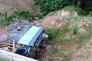 Xe tải chở gỗ lao xuống vực, 2 người tử vong thương tâm